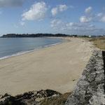 Plage de sable fin et ciel bleu (presque), comma dans...