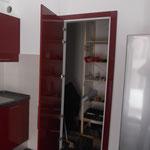 La porta dispensa aperta. E' stata realizzata il pannello porta e cornici coprifili con lo stesso colore anta cucina.