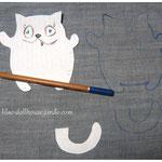 Джинсовая ткань сложена вдвое. Пастельным карандашом (в данном случае он очень удобен) я обвожу выкройку. Важный момент: я взяла на этот раз слишком плотный джинс,поэтому не рассчитала размер хвоста, его сложно выворачивать,позже увеличила размер хвостика
