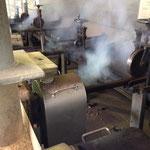 熱を加えながら圧縮して硬い棒状のオガライトを作ります。