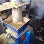 集めたオガ屑を乾燥し水分を調整してオガライトを作ります。