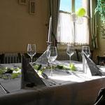 Dekorierter Tisch für eine silberne Hochzeit in der Tanne
