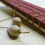 Buch aus Holz mit japanischer Bindung und Perlen