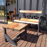 Sillon y mesa ratona sobre el deck del quincho, hecha en madera y hierro negro, con hermosa vista a las sierras grandes y al cerro Champaqui