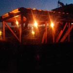 Zona de asadores techados, vista nocturna, con lamparas de iluminacion vintage