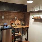 Zona de cocina del quincho, con cocina industrial, heladera, pileta de lavar y vajilla completa