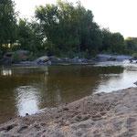 Playa de arena del rio Los Reartes, de aguas cristalinas y fondo de arena, a solo 100 metros del complejo de cabañas