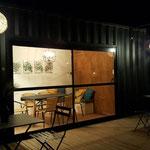 Container remodelado para quincho para uso de todo el complejo de cabañas Amatxi, con deck de madera y mesas exteriores de hierro