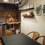 Zona de comedor del quincho para uso de todas las cabañas, con mesa de madera y 6 sillas
