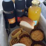 Desayuno a pedido, entregado en la puerta de cada cabaña, a la hora solicitada, con café, té, leche, jugo, pan lactal, queso crema, mermelada casera, ensalada de fruta y selección de tortas