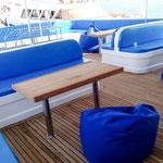 Das überdachte Sonnendeck bietet viele Sitzmöglichkeiten und die Bean Bags laden zu einem gemütlichen Nickerchen ein.