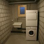 Waschküche mit Waschmaschine und Tumbler