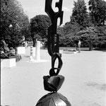 sculpture en bois noirci sur base acier - H. 2 m - Jeune Sculpture, Champs-Elysées