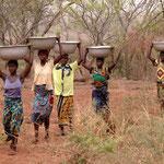 Frauen auf dem Weg zu Wasserstelle