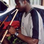 Mamadou versucht, Suling zu spielen