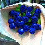 青バラの花束13000円税別。