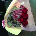 赤薔薇も可愛らしくラッピングすると雰囲気が変わりますよ4,000円税別。