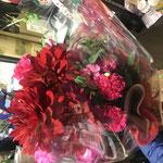 赤ピンク系でポップなラッピングの花束。5,000円税別