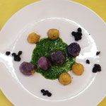 Blaue Kartoffeln und Apfelperlen auf Petersiliensauce mit Holunderbeerkapern