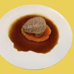 Kalbshohrückensteak im Mohnsud, Espresso-Kartoffeln, Papayapüree