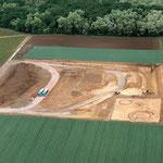 Die Sprendlinger Sandgrube der Fa. Gaul Ende Mai 2008. Deutlich sind die beiden bronzezeitlichen Kreisgräben als Bodenverfärbungen zu erkennen (Foto: Bernd Sai
