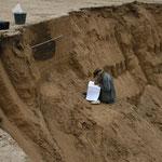Situation in der Sandgrube: Zeichnerin der Landesarchäologie bei der Dokumentation einer angeschnittenen Trichtergrube der spätesten Bronzezeit (Foto: K. Soukup).