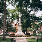 ... mit der Statue eines Konföderiertensoldaten in der Mitte des Parks