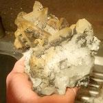 Eine Kristallstufe wird gereinigt - Vals Graubünden Schweiz