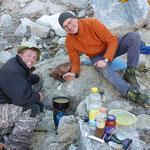 Hannes und Richi am Kochen im Zeltcamp - Strahlen Schweiz