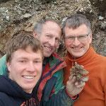 Hannes, Walter und Richi mit frisch gefundenem Bergkristall - Strahlen Graubünden Schweiz