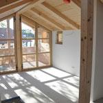 der Wohnraum mit großem Balkon