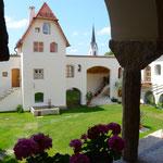 Blick vom Freisitz in den Innenhof