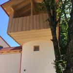 """Blick von unten zum Balkon des """"Baumhauses"""""""