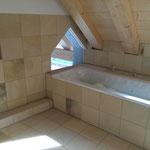 großes Bad mit Dusche und Badewanne
