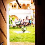 Blick in den Innenhof von der Gastronomie
