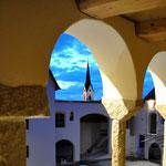 Blick durch die Rundbögen auf den Ameranger Kirchturm