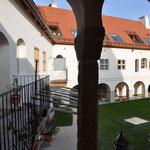 Whg 4: Blick vom überdachten Freisitz in den Innenhof
