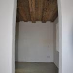 Blick ins Schlafzimmer mit Altholzdecke