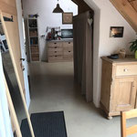 Blick vom Essplatz zu Küche und Wohnraum