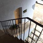 Blick zum überdachten Aufgang zur Wohnung