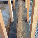 Mur paille GREB - 5 ans après Remplissage-de-l-espace-entre-les-lisses-basses-avec-de-la-fibre-de-bois