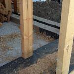 pose des clous sur les pièces de bois en contact avec le mortier