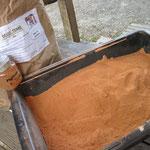 mélange à sec de l'argile et des pigments