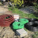 rouge pour l'éléctricité, vert pour la téléphonie, noir pour l'eau