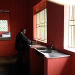der Buergermeister testet das Wasser