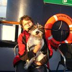 Frauchen und ich auf der großen Fähre, endlich Seeluft
