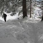 ...oder durch tiefen Schnee abwärts gehen