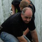 Uwe Brede und Yannik Salzmann befestigen die Netze am Boden.