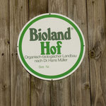 Biolandhöfe tragen das Zeichen des Biolandverbandes: Hier auf der Domäne Niederbeisheim