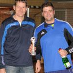 Rainer Wielinski (KFV Fußball Börde) zeichnete Martin Buhtz (rechts, Gutenswegen/Kl. Ammensleben) zum besten Keeper aus.